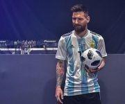 El delantero argentino Lionel Messi posa en la presentación oficial del balón para el Mundial de Rusia 2018 este jueves 9 de noviembre en Moscú.  Foto: AFP.
