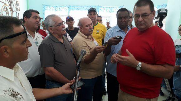 Maimir Mesa, ministro cubano de comunicaciones recibe información de Justo Moreno García, director general de la empresa Radiocuba, sobre la disponibilidad de la señal de alta definición.