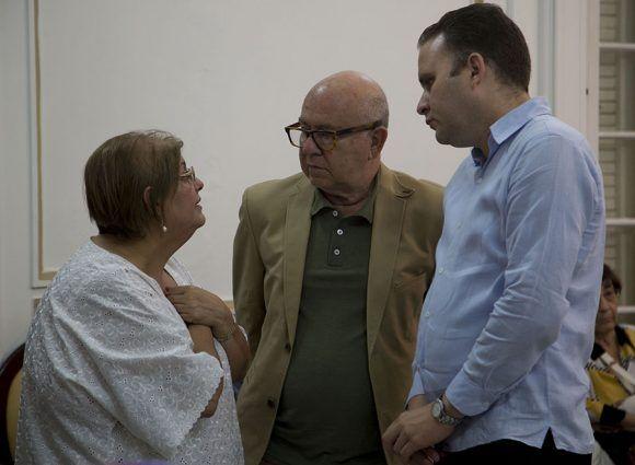 Honras fúnebres del intelectual y político cubano Armando Hart Dávalos. El presidente y Vicepresidente de la UNEAC conversan con la viuda de Hart. Foto: Ismael Francisco/ Cubadebate.