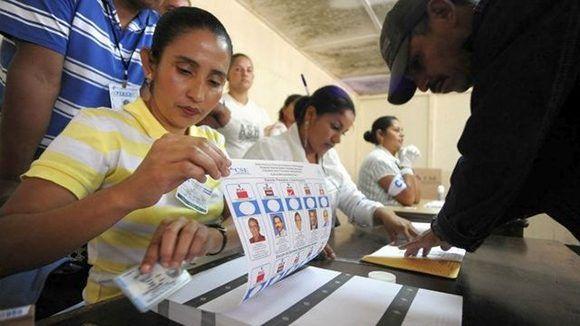 Los nicaragüenses acuden hoy a las urnas para elegir a seis mil 88 cargos públicos entre alcaldes, vicealcaldes, concejales y sus suplentes que conformarán los gobiernos locales de cada uno de los 153 municipios del país. Foto: DesdeLaPlaza/ Archivo.