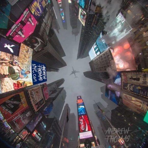Un avión sobrevuela Times Square, en Nueva York. Foto: Andrew Thomas.
