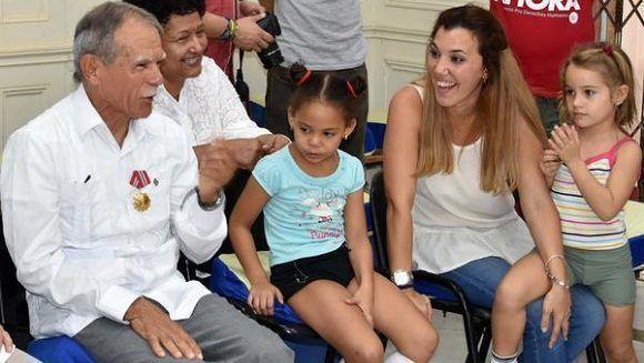 En un encuentro pleno de alegría infantil, Oscar disfrutó feliz del arte de los colmeneros, que le dedicaron con cariño canciones puertorriqueñas.Foto: Karoly Emerson/ACN.