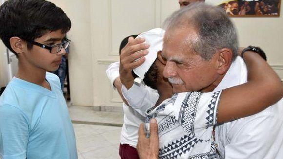 Oscar López Rivera en un encuentro con los niños de la Compañía Infantil La Colmenita, en la sede del ICPA. Foto: Karoly Emerson/ACN.