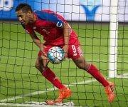 Panamá sufrió ante Irán en partido amistoso. En la imagen, el delantero Gabriel Torres recoge el balón luego de marcar de penalti. Foto: EFE.