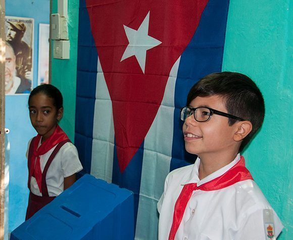 Los pioneros, como siempre, son los guardianes de las urnas. Foto: L Eduardo/ Cubadebate.