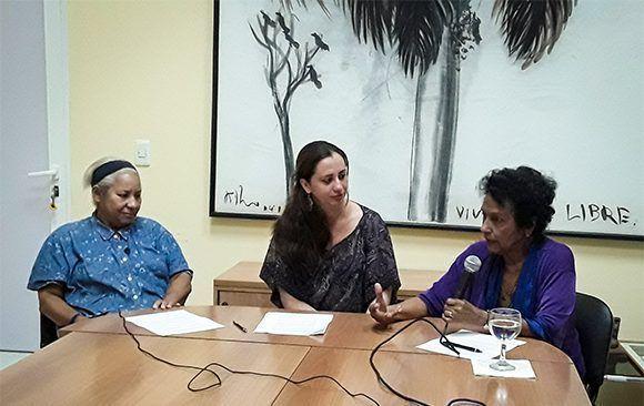 Marta Rojas y Ana Cairo Ballester en Cubadebate, grabando el podcast. Foto: Yosvanis Rodríguez Díaz/ Cubadebate.