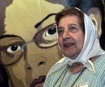 Marta Vásquez fue líder en la lucha por los derechos humanos. En la imagen, durante un acto en noviembre de 2003, en el cual denunció ataques contra activistas en Guatemala
