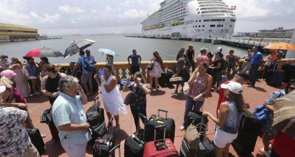 En esta imagen de archivo, tomada el 28 de septiembre de 2017, decenas de personas que quieren salir de Puerto Rico hacen fila para subir a un crucero tras el paso del huracán María, en San Juan, Puerto Rico. (AP Foto/Gerald Herbert)