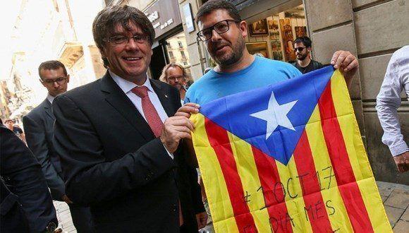 Carles Puigdemont posa junto a un partidario independentista. Foto: Reuters.