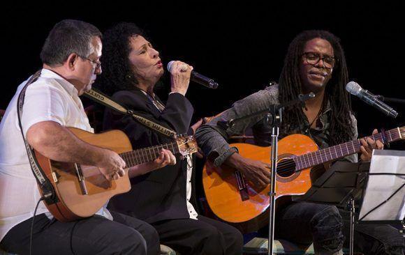 Concierto de Raúl Torres en el Teatro Mella, como invitados Abel Acosta y Beatriz Marquez. Foto: Ismael Francisco/ Cubadebate.