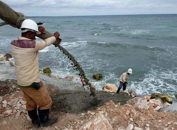 El vertimiento de hormigón se hace bajo estricto control técnico. Foto: Germán Veloz Placencia/ Granma.