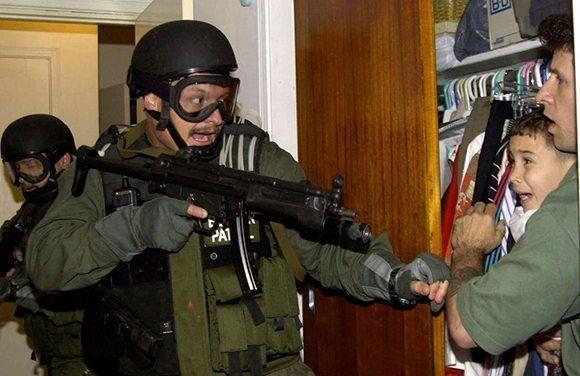 Los agentes federales rescataron al niño el 22 de abril de 2000. Foto: Alan Díaz/ AP.