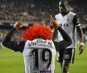 Rodrigo festejó su gol con una peluca naranja, en homenaje al fallecido presidente del Valencia, Jaime Ortí. Foto: @Marca/ Twitter