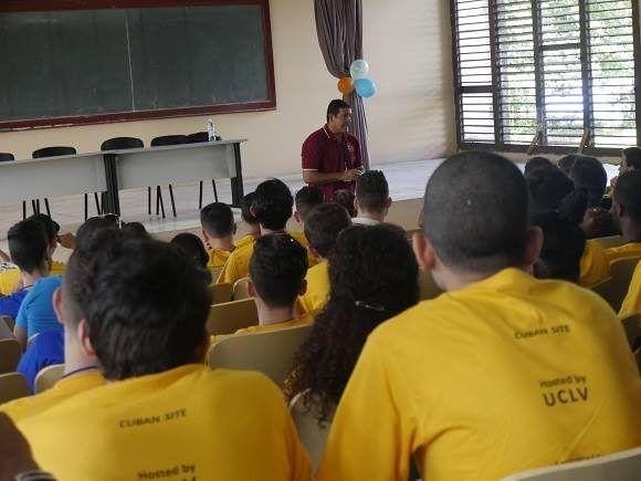 El profesor Somoza habló a los concursantes de la importancia de estudiar la historia para entender la evolución en el tiempo de teoremas y conjeturas científicas. Foto: Malú Vilasa.