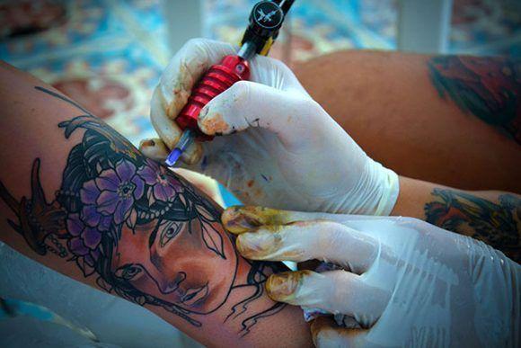 Sesión de tatuado durante la segunda edición del proyecto de arte corporal Tatuarte, en la sede de la Asociación Hermanos Saíz (AHS), de la ciudad de Holguín, Cuba, el 10 de noviembre de 2017. ACN FOTO/Juan Pablo CARRERAS