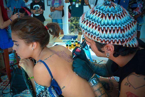 Sesión de tatuado durante la segunda edición del proyecto de arte corporal Tatuarte, en la sede de la Asociación Hermanos Saíz (AHS), de la ciudad de Holguín. Foto: Juan Pablo Carreras/ ACN.