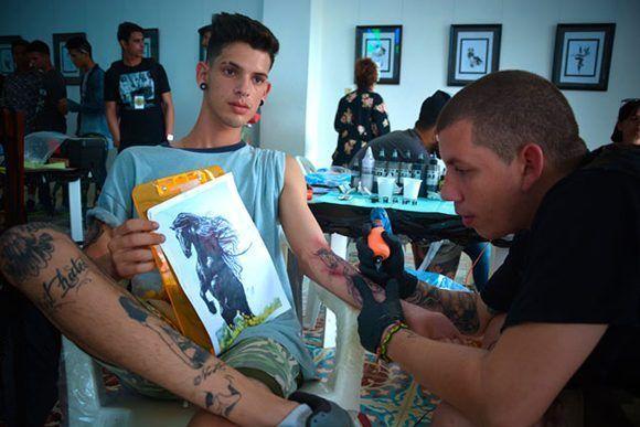 Sesión de tatuado durante la segunda edición del proyecto de arte corporal Tatuarte. Foto: Juan Pablo Carreras/ ACN.