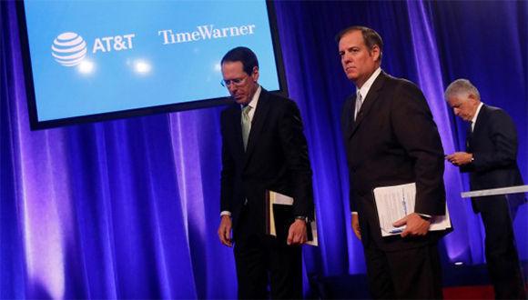 El consejero delegado de AT&T, Randall Stephenson (izq.) junto otros directivos de la compañía, tras una rueda de prensa en Nueva York. Foto: Shannon Stapleton / Reuters