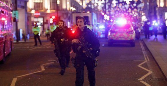Varios policías patrullan las calles aledañas a Oxford Circus en Londres, tras producirse un tiroteo. REUTERS/Peter Nicholls.