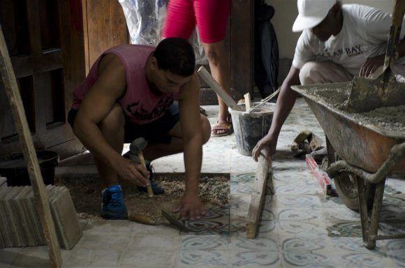 Trabajadores laboran para devolverle a La Habana su fisonomía luminosa, leal al tiempo y la historia. Foto: Alexis Rodríguez/ Habana Radio.