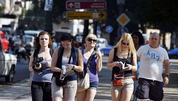 Un grupo de turistas camina por La Habana. Foto: EFE.