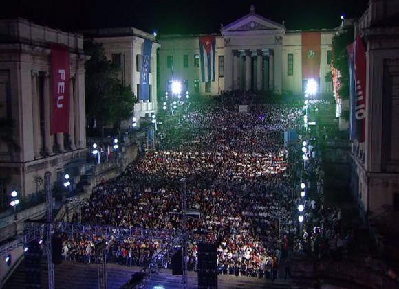 Yo soy Fidel, exclamaban miles de personas en la escalinata de la UH. Foto: Haciendo Radio  @HrRebelde / Twitter