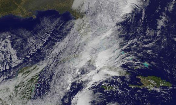 El frente frío número 3 sobre el centro del país el sábado. Imagen del satélite GOES 13, NOAA.