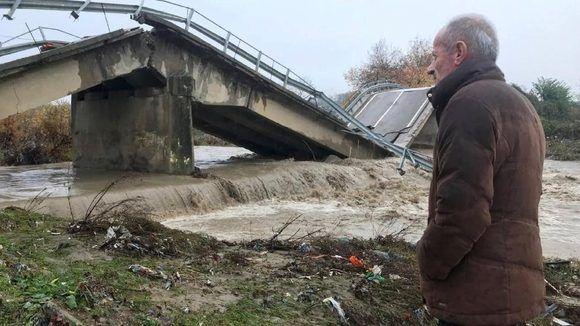 Un puente colapsado a la entrada de Mamuras, en el noroeste de Albania. Foto de Florent Bajrami, AP.