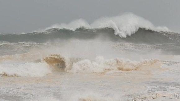 Olas de 5 a 8 metros se avistaron en la costa norte oriental. Imagen: Danier Ernesto González, 8 de septiembre.