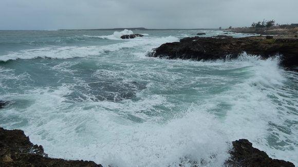 Aun cuando la marea no estaba completamente llena se observaron marejadas. Gibara, Holguín, Cuba. Foto: Danier Ernesto González, 11 de diciembre.