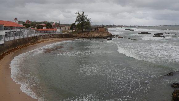 Día invernal: temperaturas entre 22 y 25 grados, abundante nubosidad, mucho viento y oleaje peligroso en el litoral. Gibara, Holguín, Cuba. Foto: Danier Ernesto González, 11 de diciembre.