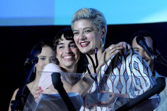 La argentina Anahí Berneri (D), directora de la película Alanis, recibe el Premio Coral al Mejor Largometraje de Ficción, durante la entrega de los Premios correspondientes al 39 Festival Internacional del Nuevo Cine Latinoamericano, efectuado en el cine Charles Chaplin, en La Habana, Cuba, el 16 de diciembre de 2017. ACN FOTO/Omara GARCÍA MEDEROS
