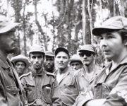 En la Sierra Maestra junto a un grupo de combatientes donde se encuentra su hermano Raúl Castro, 1958. Foto: Fidel Soldado de las Ideas.