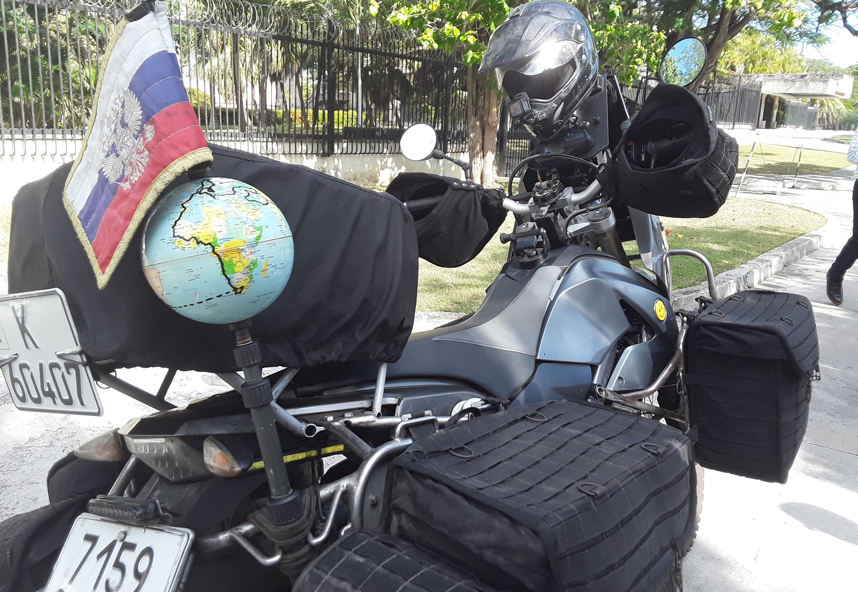 En una bola del mundo Jaritónov marca las rutas visitadas. Foto: Beatriz Albert/ Cubadebate