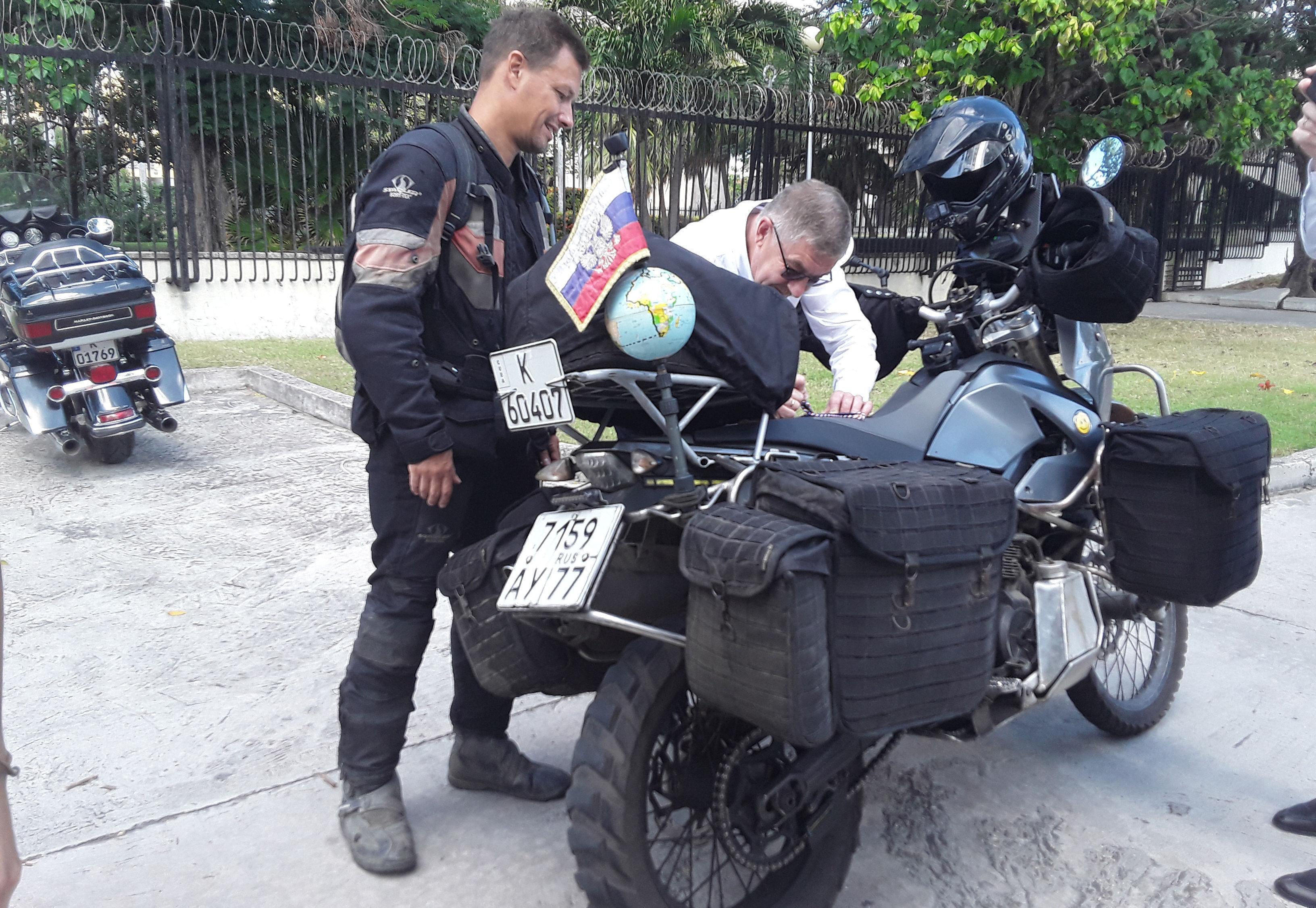 """Jaritónov lleva 142.000 kilómetros transitados en su """"especial"""" vehículo hasta la fecha. Foto: Beatriz Albert/ Cubadebate"""