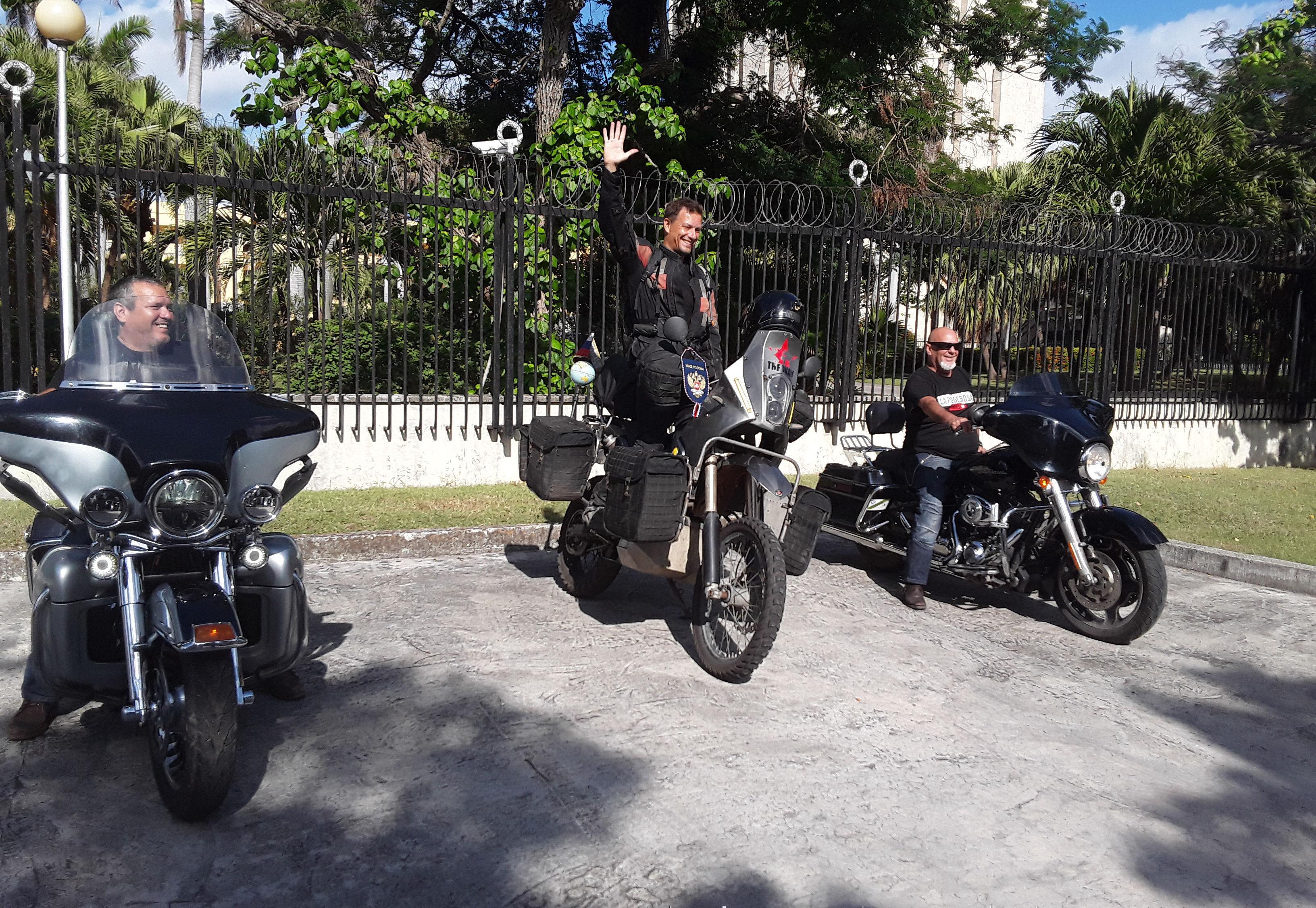 Oleg Jaritónov, al centro, saluda a quienes presencian su inicio de recorrido por la capital cubana. Foto: Beatriz Albert/ Cubadebate