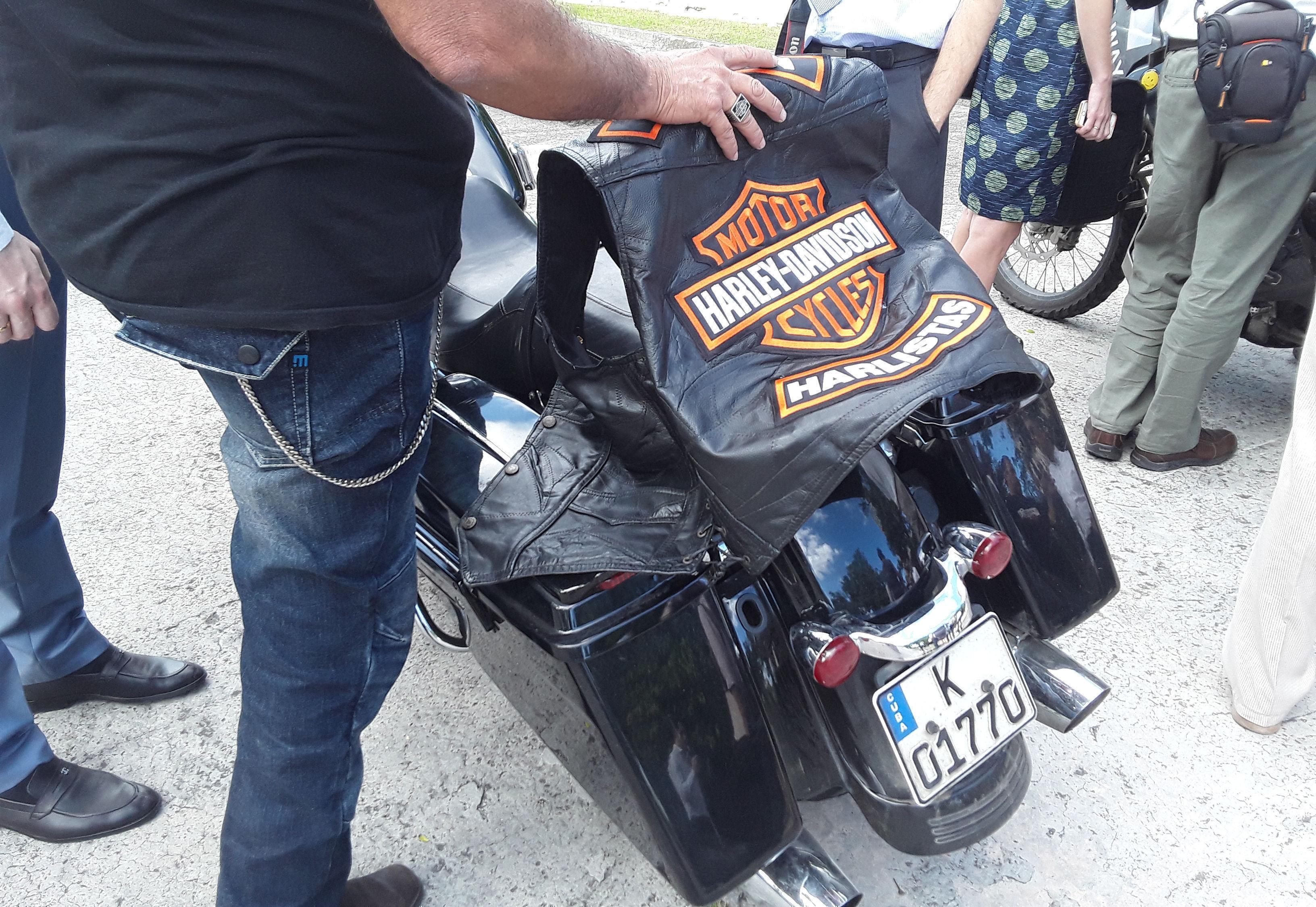 Motoristas cubanos también se unen al recorrido por La Habana. Foto: Beatriz Albert/ Cubadebate