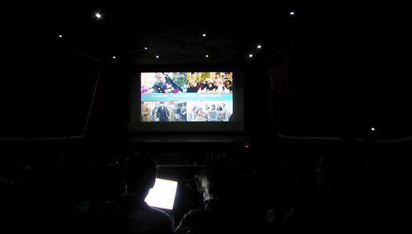 Al interior de los cines, antes de la proyección de los filmes, el público pudo disfrutar cortos y otros productos audiovisuales relacionados con el evento. Foto: Cinthya García Casañas/ Cubadebate.