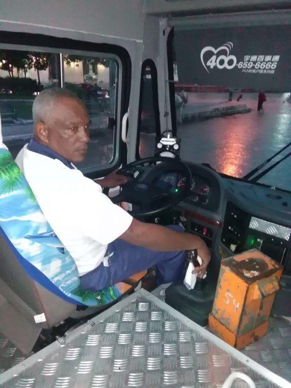 El chofer de uno de los nuevos ruteros, Orlando Hernández, espera por una mejoría de salario que tarda en llegar (Foto: Yunier Sifonte/Cubadebate)
