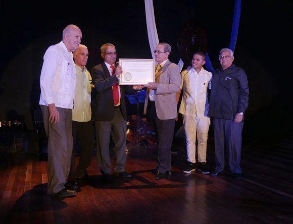 El Ministro de Educación Superior y varios exministros entregó el reconocimiento al rector de la UCLV (Foto: Malú Vilasa)