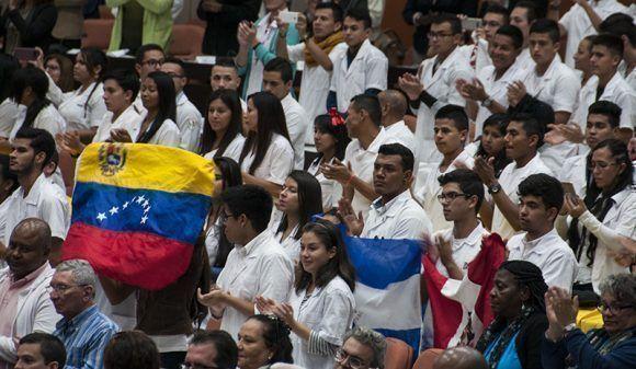 Representantes de la Escuela Latinoamericana de Medicina durante el acto por el 13 aniversario del ALBA. Foto: Cubadebate.