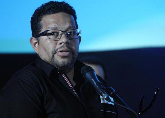 El colombiano, Andrés Porras, recibe el Premio Coral como Mejor Cortometraje de Ficción, por su película Genaro, durante la entrega de los Premios correspondientes al 39 Festival Internacional del Nuevo Cine Latinoamericano, efectuado en el cine Charles Chaplin, en La Habana, Cuba Foto: Omara García/ ACN.