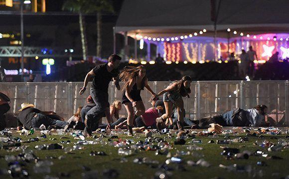 Asistentes al concierto Route 91 salen corriendo en medio de los disparos, durante el tiroteo del domingo 1 de octubre en Las Vegas.  Foto: AFP.