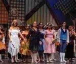 Regina María Balaguer (C), directora del Ballet de Camagüey, entregó reconocimientos a bailarines y trabajadores de la compañía, durante el espectáculo por el aniversario 50 de la compañía, en el Teatro Principal, en Camagüey. Foto: ACN/ Rodolfo Blanco Cué.