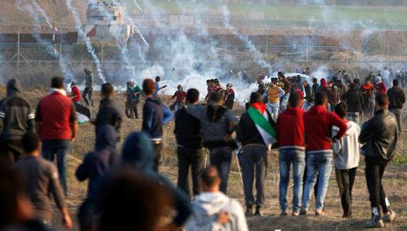 Soldados israelíes impiden con golpes a médicos revisar a un palestino