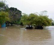 Área recreativa del balneario del río Bayamo inundada por la crecida de este, provocada por las precipitaciones del frente frío que afecta a Cuba, en la ciudad de Bayamo, provincia  Granma. Foto:  Armando Ernesto Contreras/ ACN.