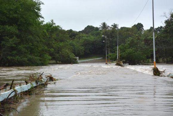 Crecida del río Bayamo sobrepasa puente de la carretera vía Manzanillo, provocada por las precipitaciones del frente frío que afecta a Cuba, en la ciudad de Bayamo, provincia Granma. Foto:  Armando Ernesto Contreras/ ACN.