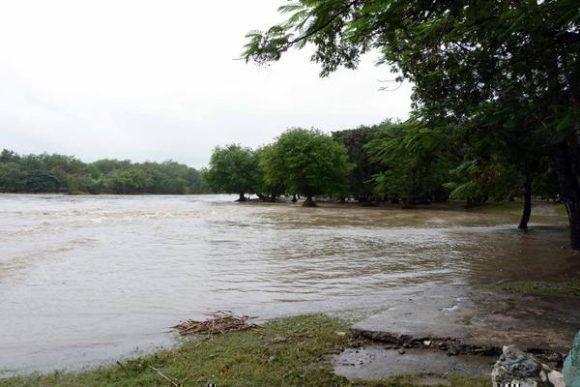 Área recreativa del balneario del río Bayamo inundada por la crecida de este, provocada por las precipitaciones del frente frío que afecta a Cuba, en la ciudad de Bayamo. Foto:  Armando Ernesto Contreras/ ACN.