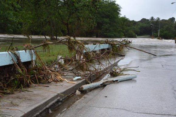 Crecida del río Bayamo destruye parte de la protección cercana al puente de la carretera vía Manzanillo, provocada por las precipitaciones del frente frío que afecta a Cuba. Foto:  Armando Ernesto Contreras/ ACN.