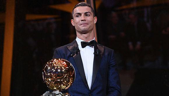 Cristiano Ronaldo recibe su quinto Balón de Oro: Foto: AFP.